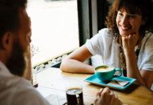 Amis discutent dans un café