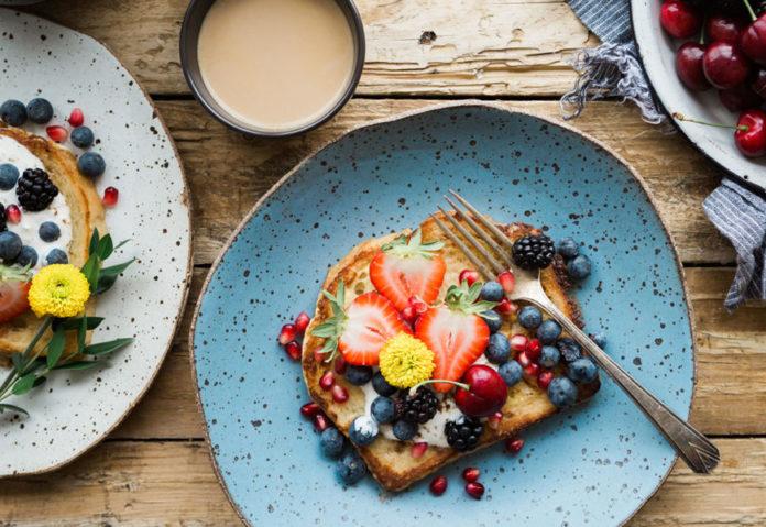 Petit déjeuner avec du french toast ou pain perdu