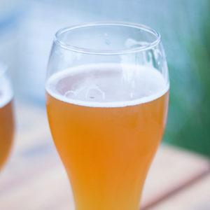 Boire de la bière blonde