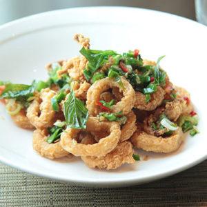 Manger des calamars frits ou fried squid