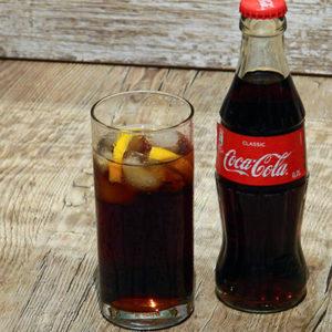 Boire un Coca Cola frais