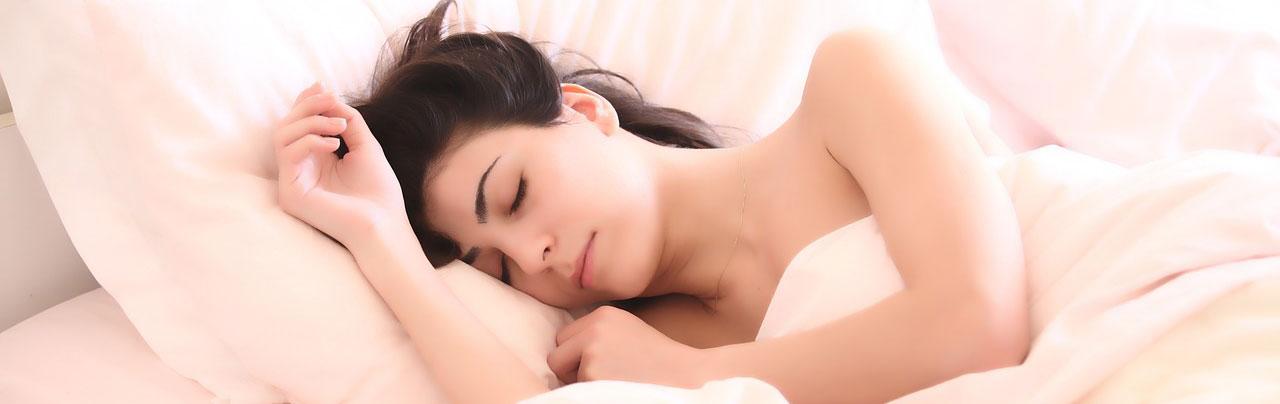Une femme dort dans un lit