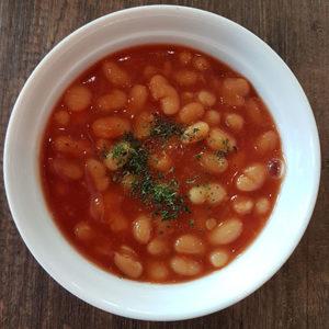 Manger des haricots à la tomate