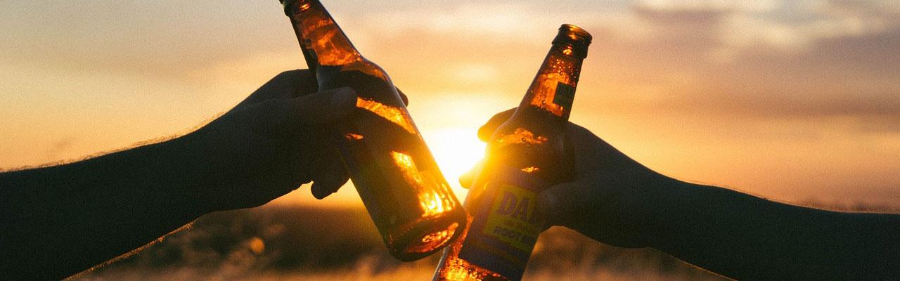 Partager une bière lors d'une soirée entre amis