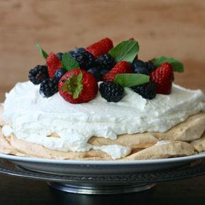Pavlova, meringue à la crème et aux fruits rouges