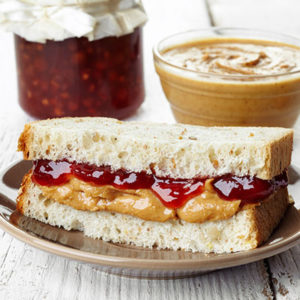 Sandwich au beurre de cacahuètes et confiture