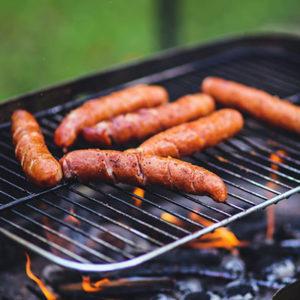 Manger des saucisses grillées au barbecue