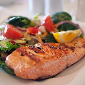 Déguster du saumon grillé fraîchement pêché