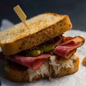Sandwich de viande fumée et cornichon