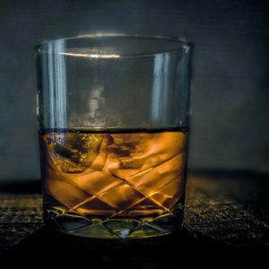 Boire un verre de whisky