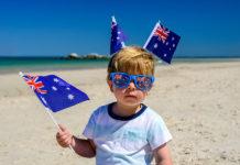 Un bébé australien sur une plage