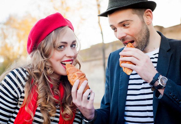 Des Français mangent des croissants en portant des bérets