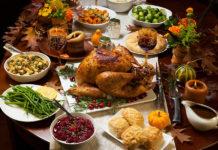 Repas de Thanksgiving avec dinde et sauce aux canneberges