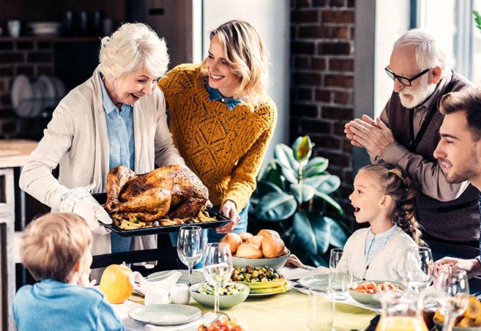Repas de Thanksgiving en famille