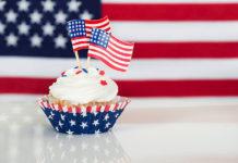 Goûter aux desserts américains, comme ce cupcake décoré d'un drapeau des États-Unis