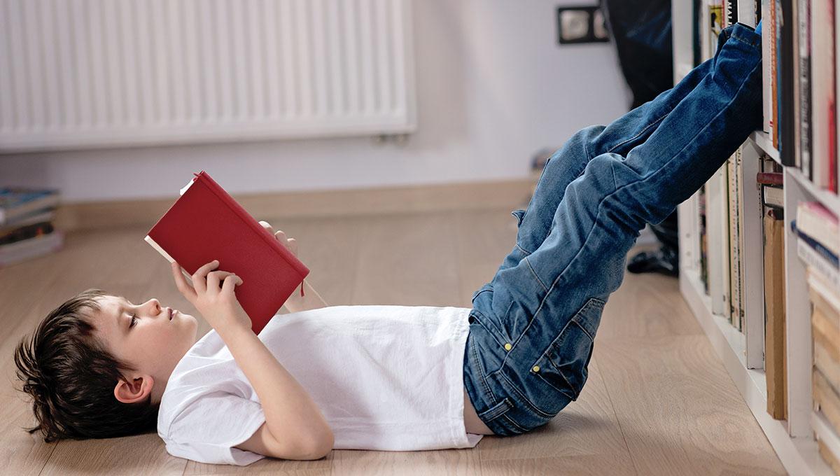 Un enfant lit un livre bilingue