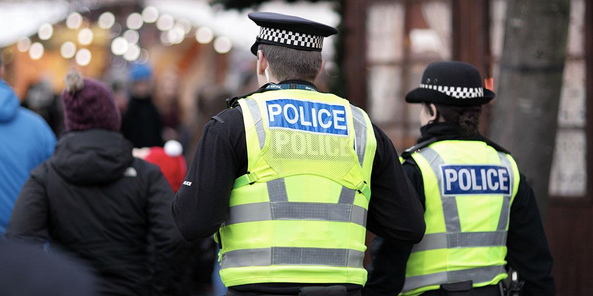 Police en Angleterre appelée the fuzz dans le jargon anglais